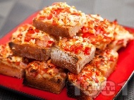 Рецепта Парти хапки сандвичи от печени филийки с червени чушки, яйчен пастет, шунка и сирене на фурна